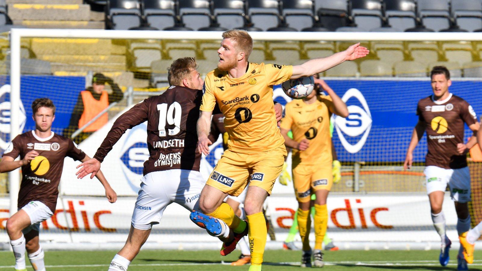 Emil Jonassen (3) i luftduell med Mjøndalen-spiller Jonathan Lindseth (19). Kampen endte til slutt 1-0 til de helgule. FOTO: Kent Even Grundstad