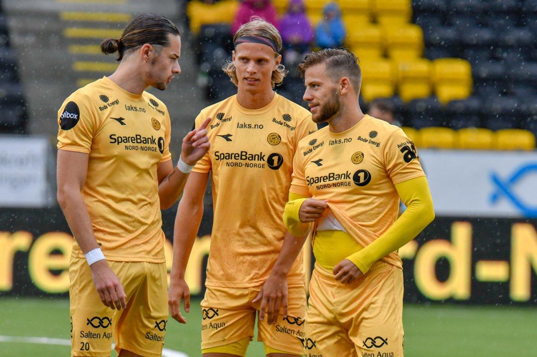 Amor Layouni, Ulrik Saltnes og Philip Zinckernagel snakker sammen under kampen mot Kristiansund.