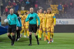 Bodø/Glimt på vei ut på banen for å møte Stabæk til kamp.