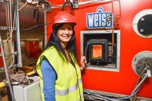 Direktør Monica Fjellstad i BE Varme AS viser fram hjertet til Keiseren; ovnen som forsyner Bodøs befolkning med bærekraftig fjernvarme.