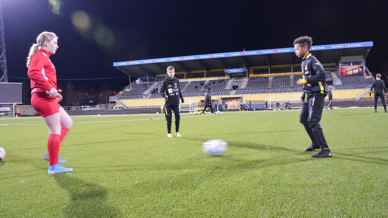 Stina fra Grands J13 synes det er stas å sentre med Noa og Kvame fra Bodø/Glimts G13 inne på selve Aspmyra stadion.
