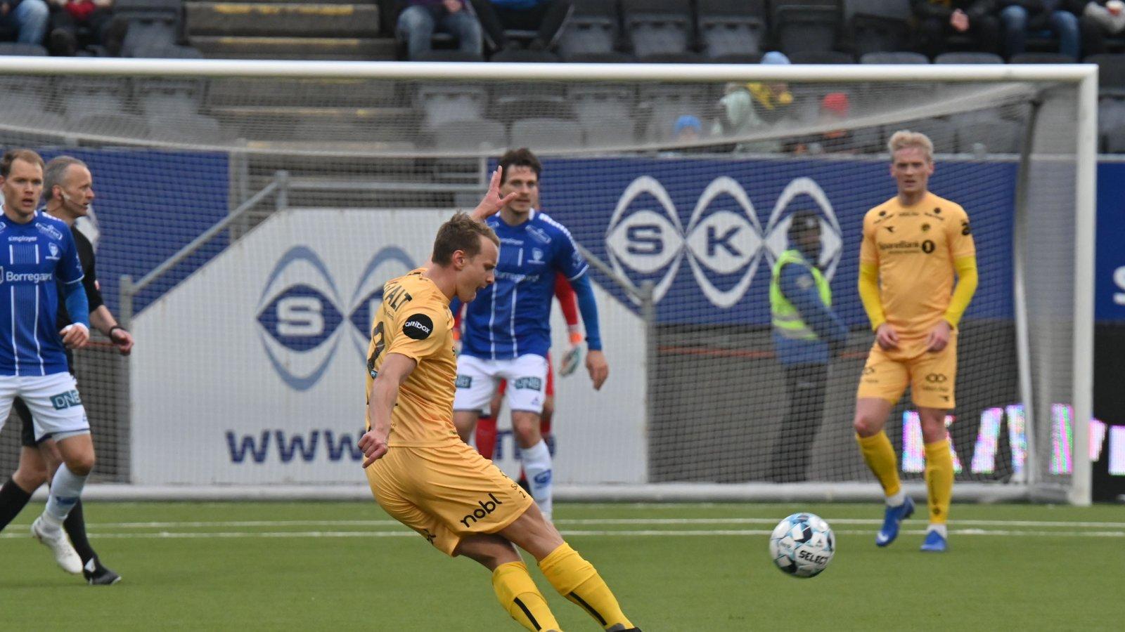 Marius Lode i kampen mot Sarpsborg 08 på Aspmyra i 2019.
