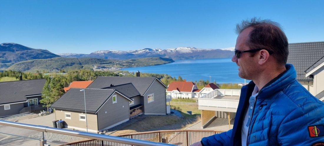 Ørjan Wenberg har utsikt til sjøanlegget til Wenberg Fiskeoppdrett AS.