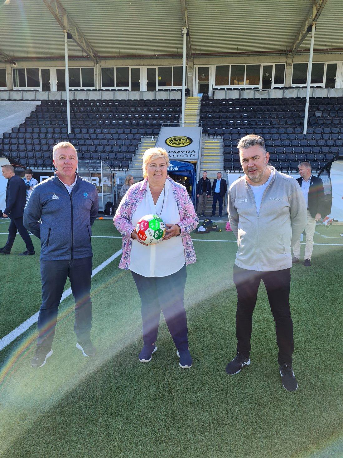 Statsminister Erna Solberg tok avspart på Glimtvis sin første offisielle trening som en del av FK Bodø/Glimt. Fra venstre: Arne Knoph i Fotballstiftelsen, Statsminister Erna Solberg, og Daglig Leder Frode Thomassen. Foto: Glimt.no