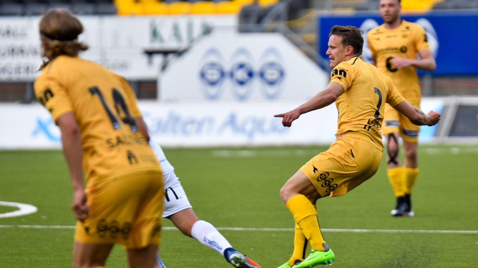 KRAFT I KULA: Midtstopper Marius Lode sender avgårde en stilfull pasning i kampen mellom Bodø/Glimt og Jerv på Aspmyra. (FOTO: Kent Even Grundstad)