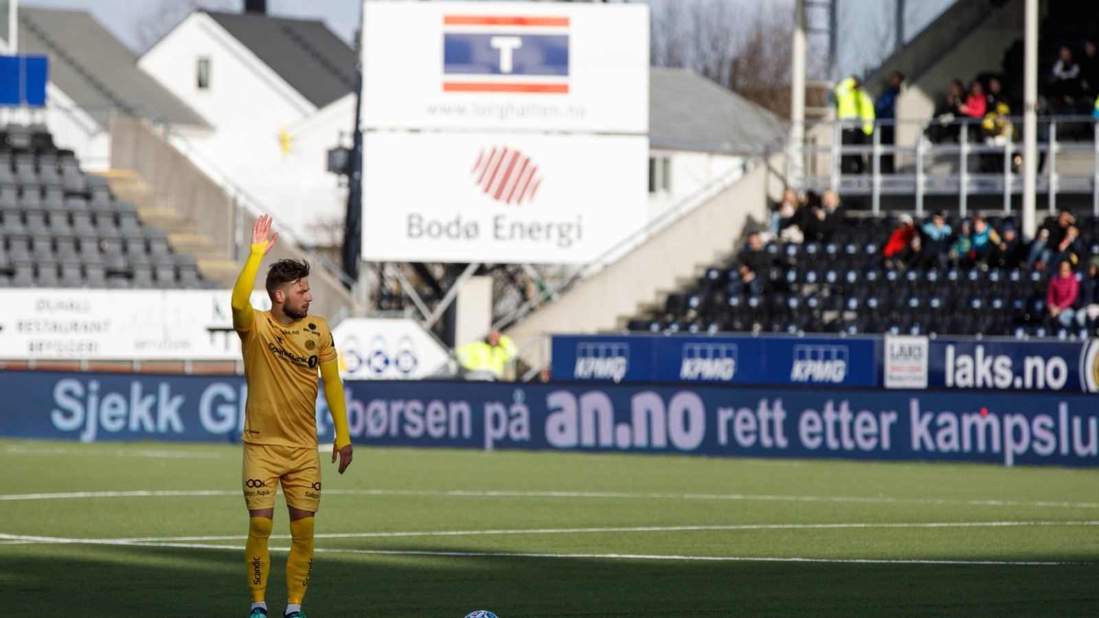 Philip Zinckernagel tar et frispark for Bodø/Glimt under kampen mot Strømsgodset 6. mai.