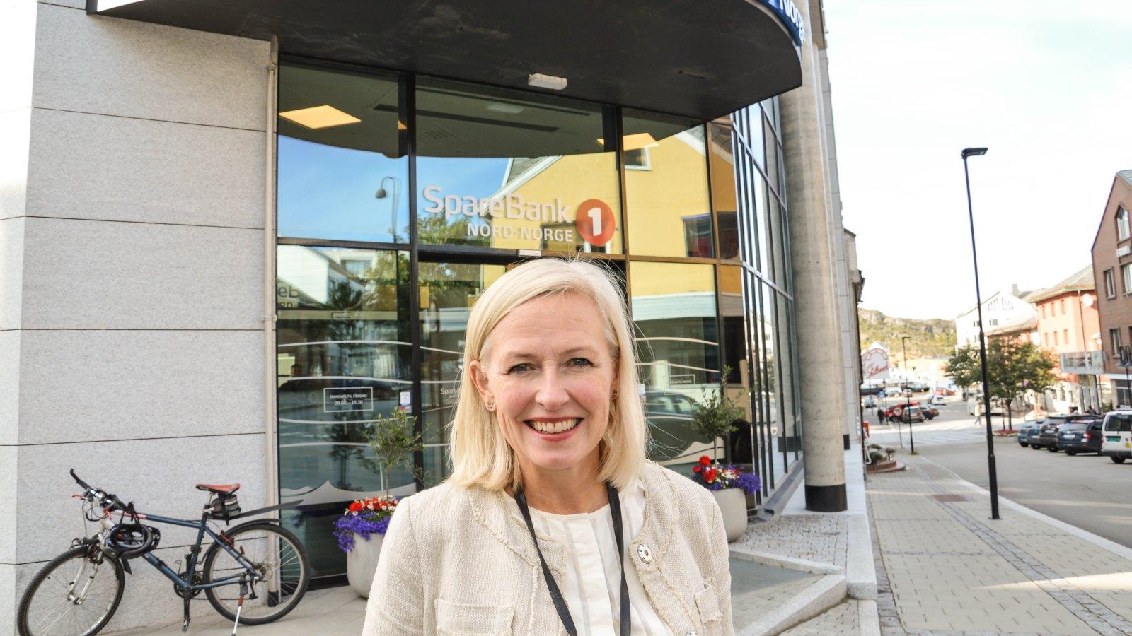 SpareBank1 Nord-Norge gir ti millioner kroner for å bekjempe plastforurensning i nord. Banksjef Trude Glad i Bodø vil ha klubber og baneeiere med på laget.