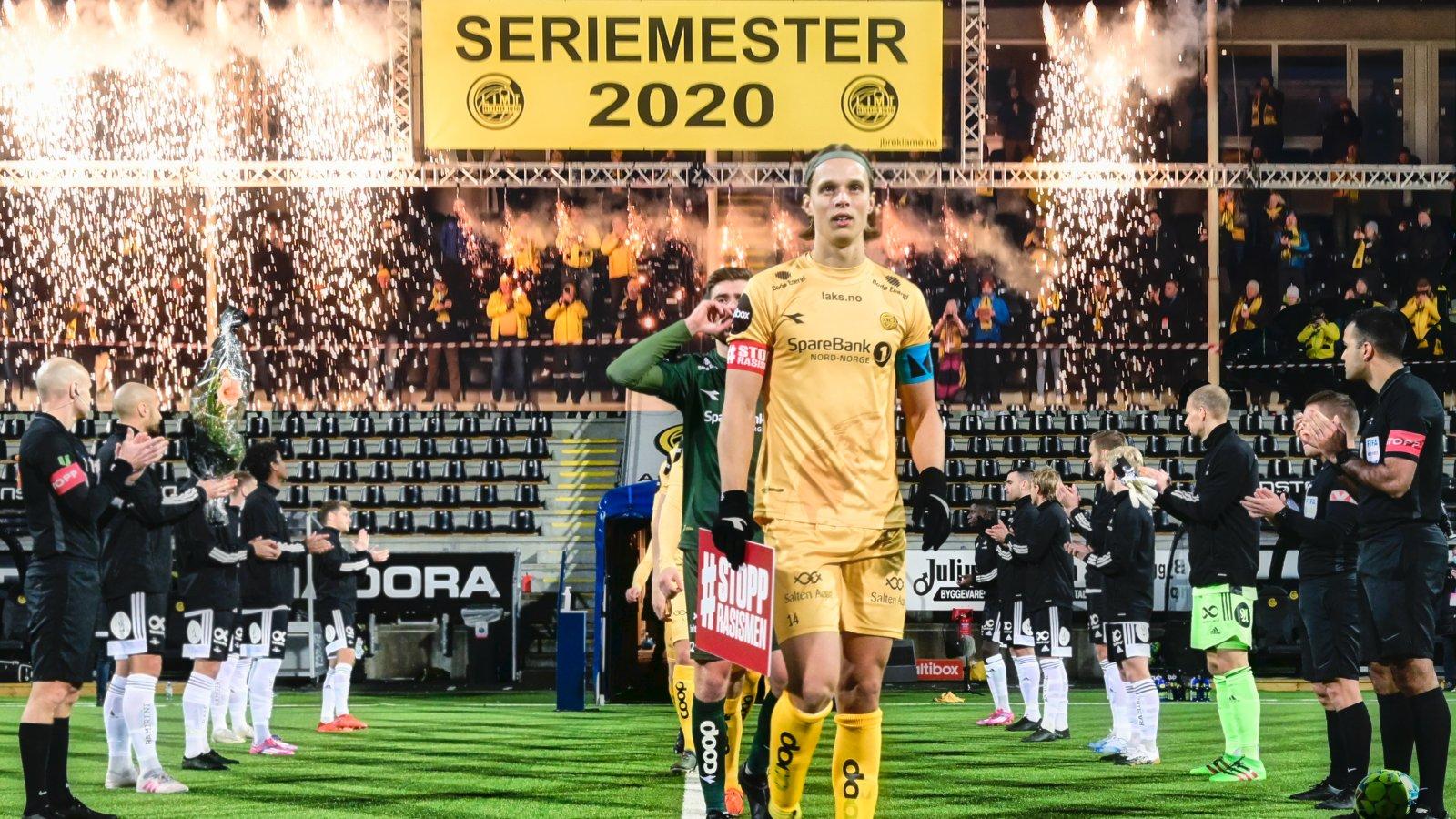 Ulrik Saltnes leder laget inn på banen før kampen mot Rosenborg på Aspmyra i 2020. Rosenborgspillerne har stilt seg opp som æresvakt for den suverene seriemesteren