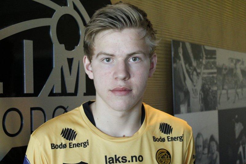 Jens Petter Hauge poserer stolt i glimtdrakten etter at papirene var signert fredag.