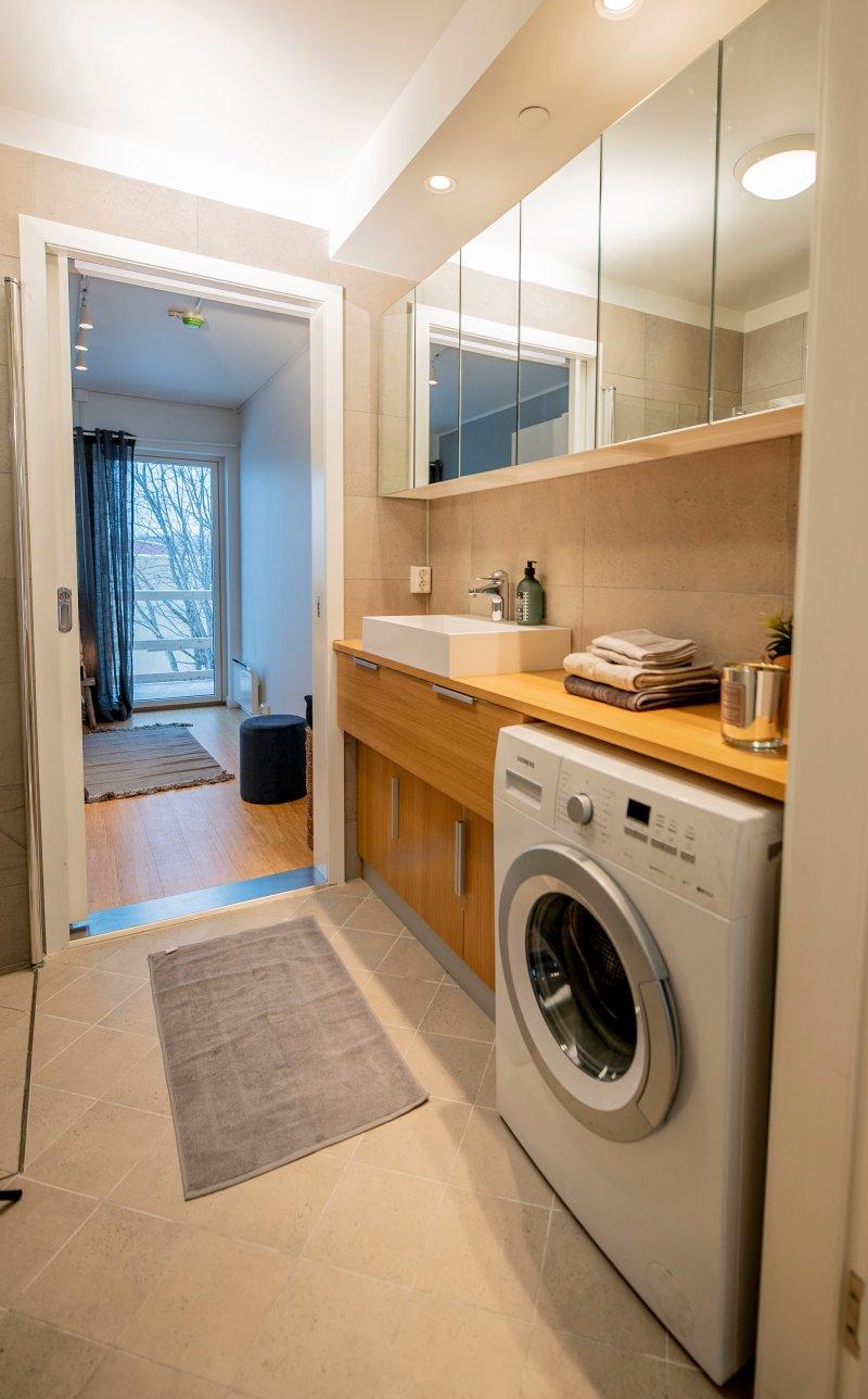 Kombinert bad- og vaskerom med rikelig skapplass.