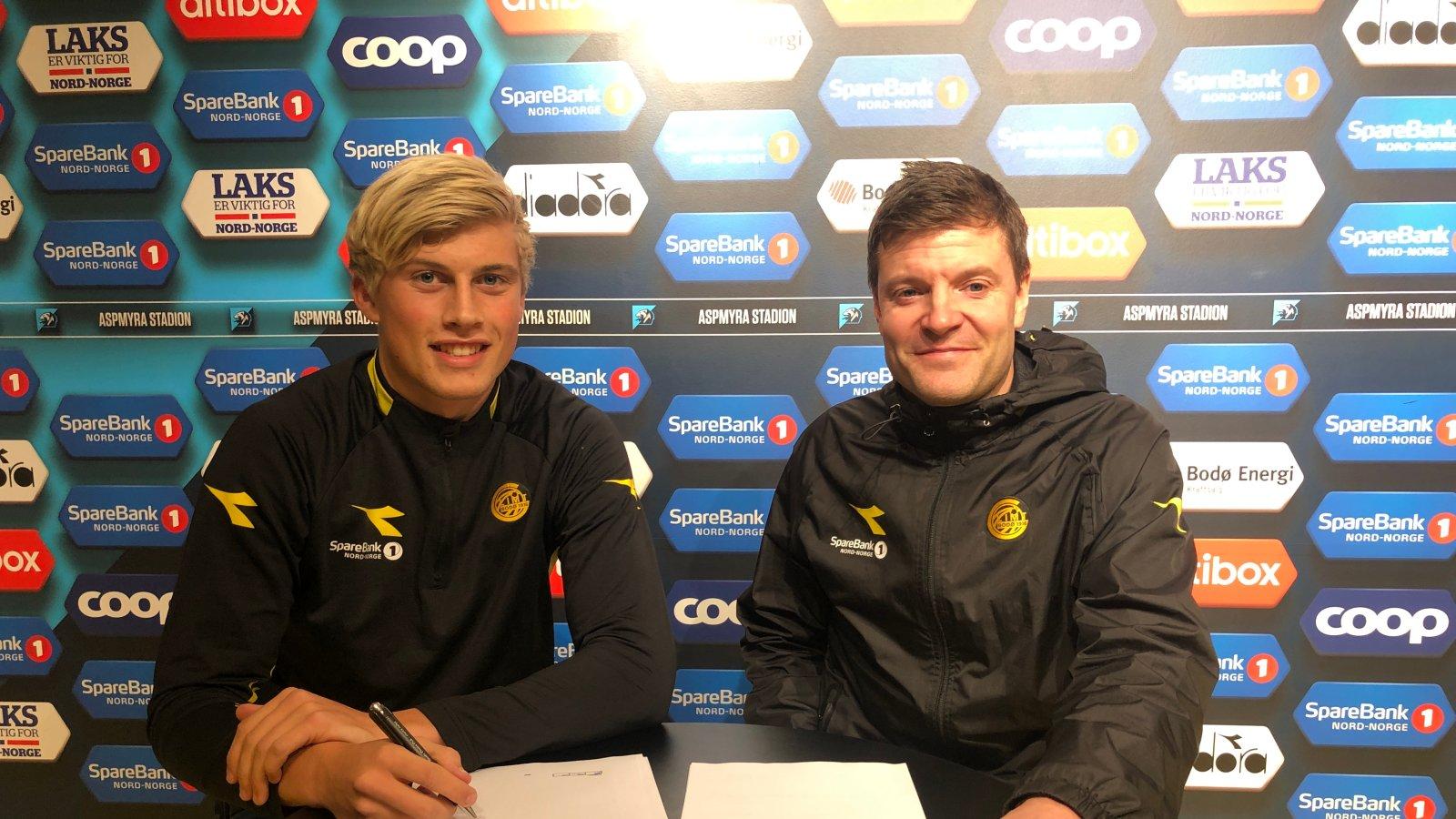 Martin Mjelde og Aamund Bjørkan. Martin Mjelde signerer proffkontrakt.