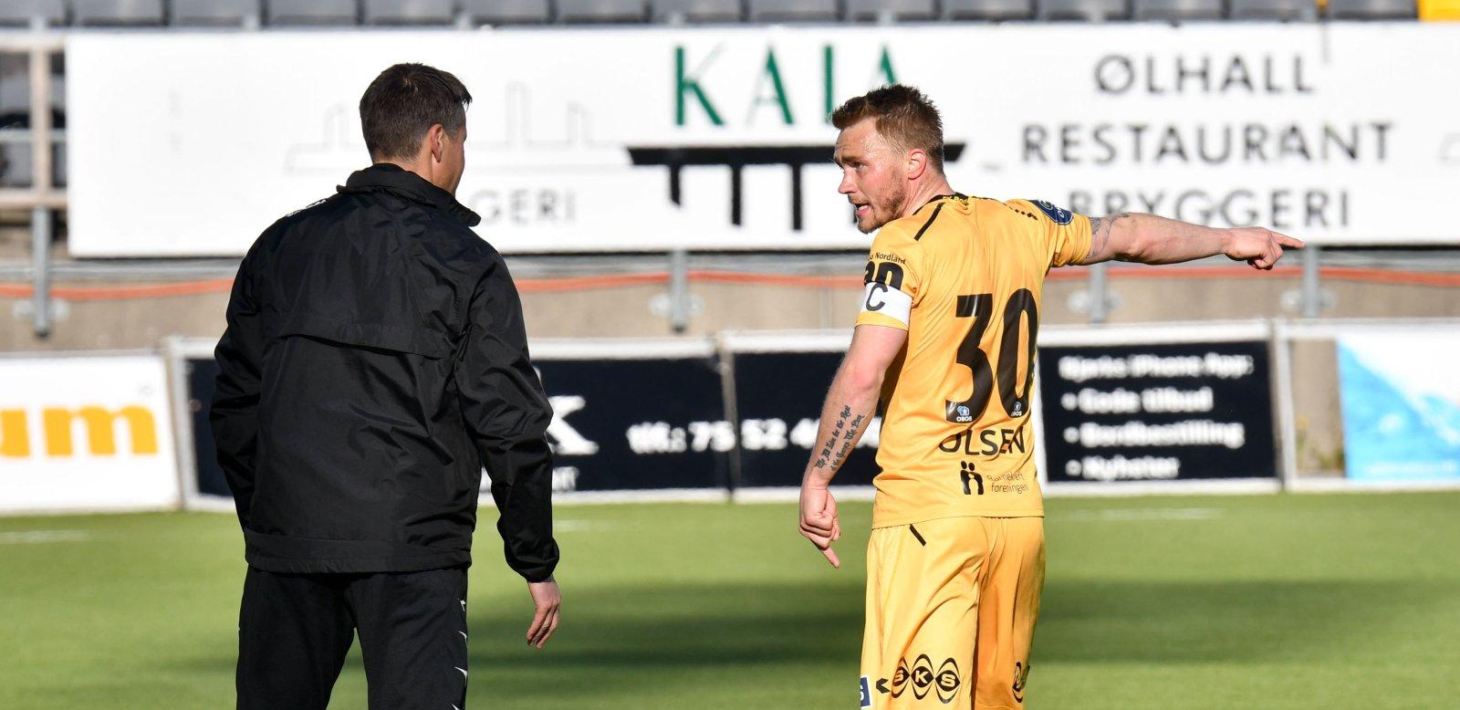 Bodø/Glimts Trond Olsen og trener Kjetil Knutsen diskuterer under oppgjøret mellom Glimt og Mjøndalen 28.05.2017