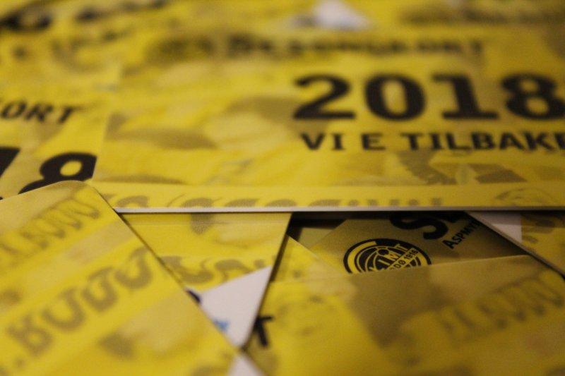 Klare for salg: Kortene har kommet og er klare til å havne i lomma di. Foto: Niklas Aune Johnsen