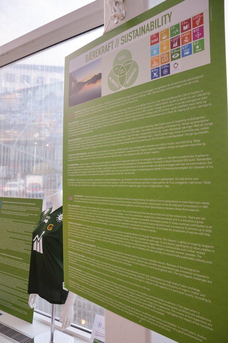 Salten Aqua jobber målerettet med bærekraft, og er partner til Bodø/Glimt. Og bærekraft handler om mer enn miljøet, som det står på en plansje i visningssenteret deres. Sosial- og økonomisk bærekraft - samt utslipp og miljøovervåkning er også i fokus. Foto: Lise Fagerbakk