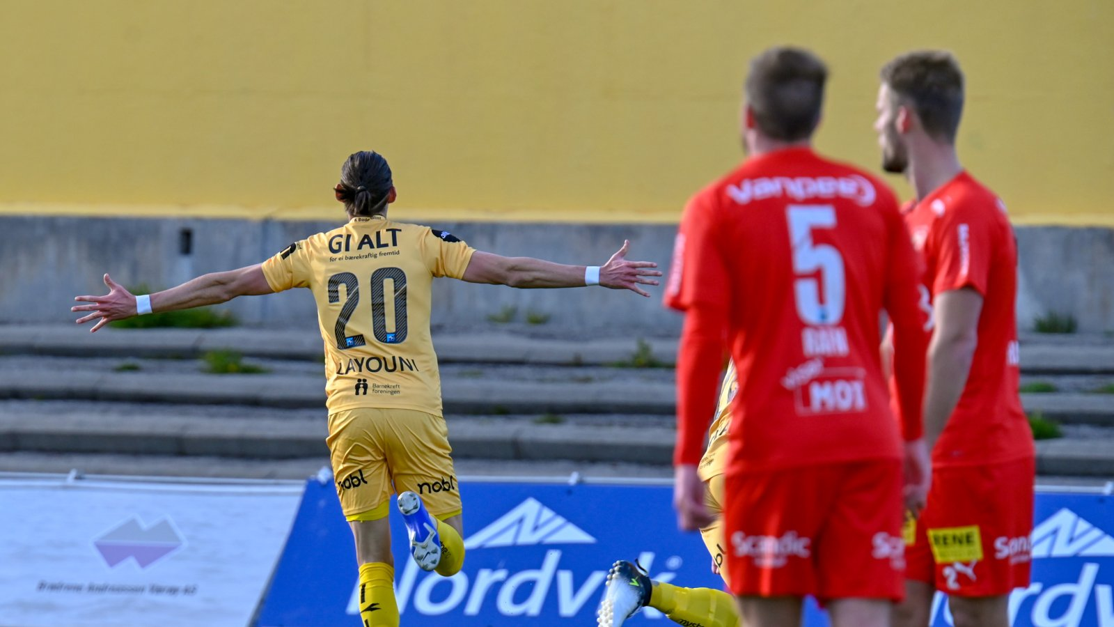 Amor Layouni etter å ha scoret mål mot Lillestrøm på Aspmyra.