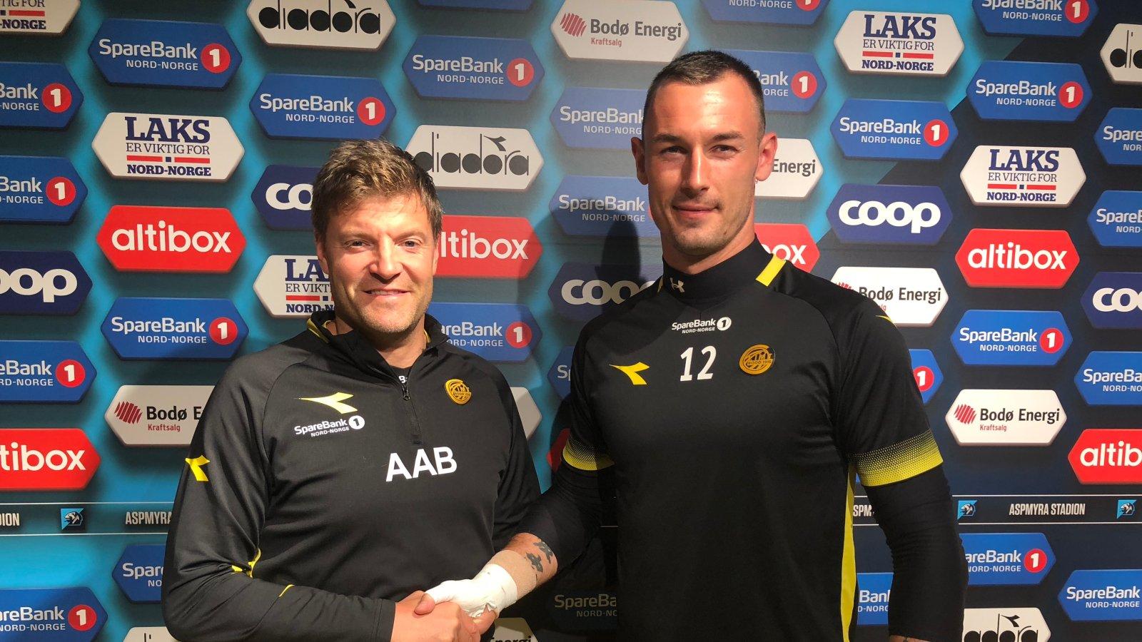 Aasmund BJørkan og Artur Krysiak etter signeringen.