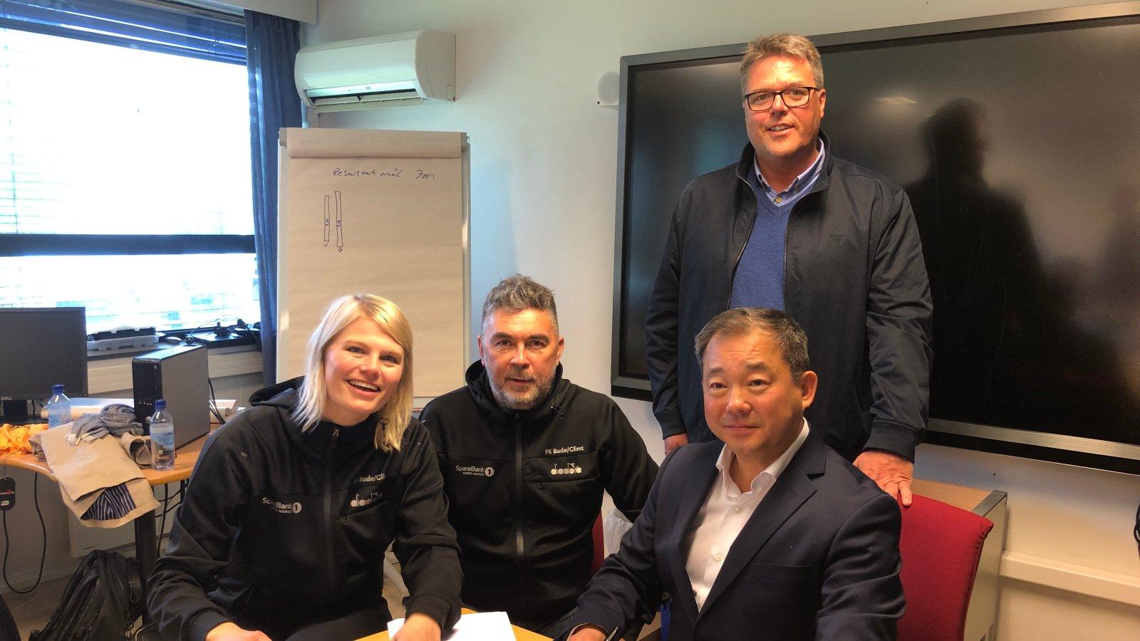 Her signerer Nordic Smart House og Bodø/Glimt samarbeidsavtale. Fra venstre; Jannike Ramsvik (Bodø/Glimt), Frode Thomassen (Bodø/Glimt), Stephen Fu (Nordic Smart House), Svenn-Inge Laastad Nordic Smart House).
