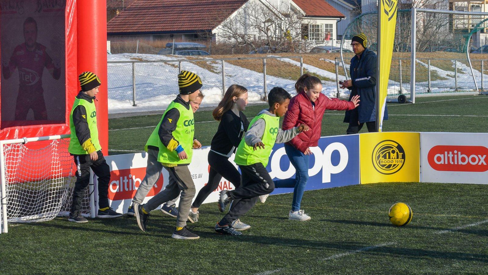 Barna kan spille fotball i fotballbingen.