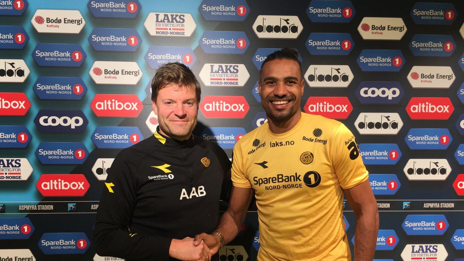 Sportslig leder Aasmund Bjørkan med nysigneringen Marco Tagbajumi.