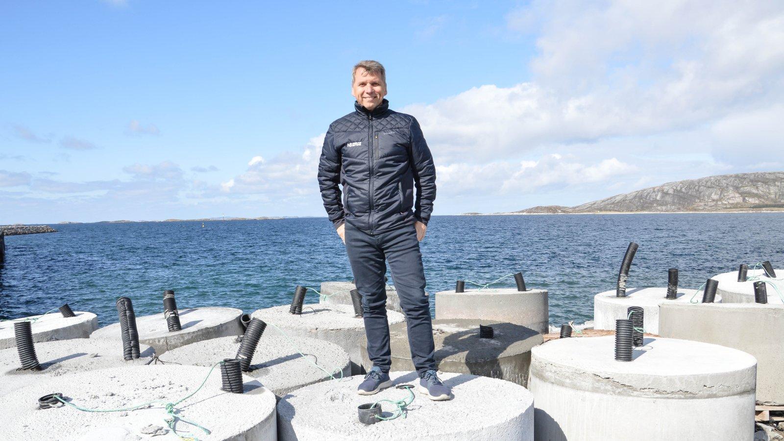 Nordland Betong i Bodø jobber bærekraftig i stadig større grad. Daglig leder Tore Mosand sier de har redusert CO2-utslippet med 30 prosent. Det jobbes også med å gjenbruke brukt betong. Her er ett produkt; synkelodd som blant annet brukes til forankring.  Mer er på vei. Foto: Lise Fagerbakk