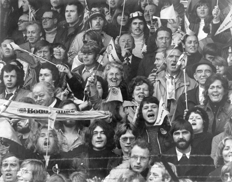 Glimtsupporterne farget Ullevaal gul og revolusjonerte norsk fotball i 1975. Foto: Arkiv i Nordland