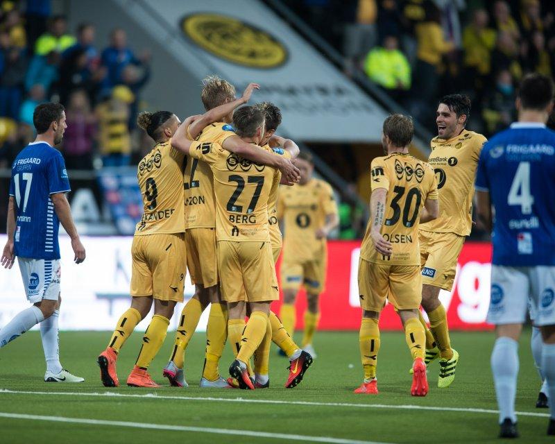 Glimtspillerne jubler etter ett av Manzons mål mot Sarpsborg i kvartfinalen