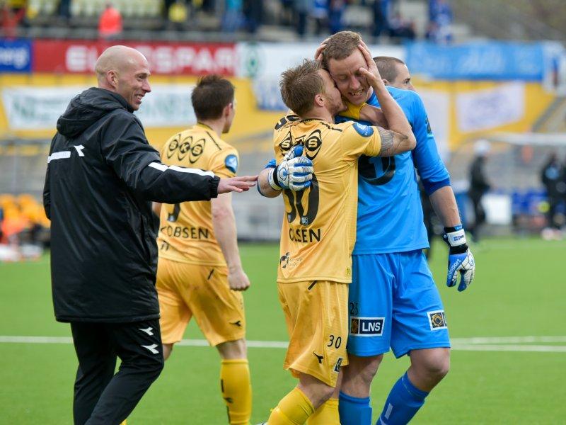 Trond Olsen takker Hannes Halldorsson etter straffene mot Haugesund